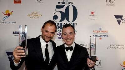 Daniel Humm (i) y Will Guidara (d) celebran el galardón del mejor restau...