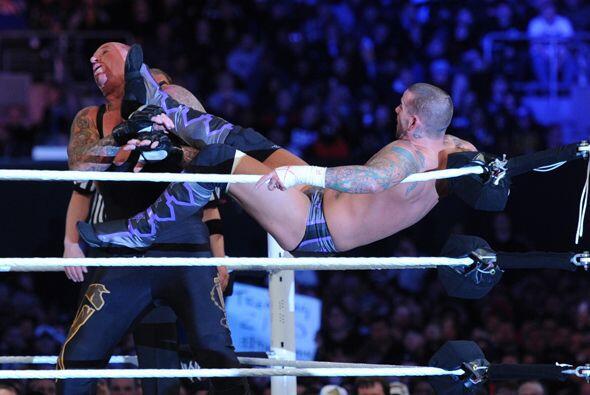 CM Punk golpeaba sin piedad a un Undertaker que parecía derrotado, para...