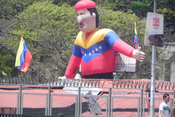 Como salido de una caricatura es este muñeco de Chávez, más grande que l...