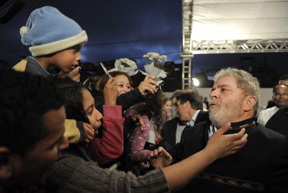 Lula no desaprovechó para saludar a quienes se le acercaban en la...