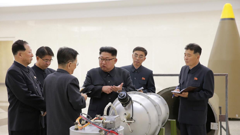 Kim Jong Un inspeccionando bomba de hidrógeno
