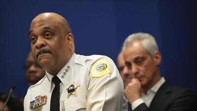 El superintendente de la policía de Chicago Eddie Johnson y el al...