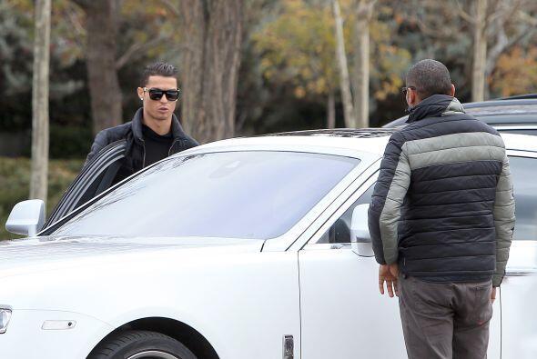 Como si nada, Cristiano ayudó a su hijo a subirse al auto.
