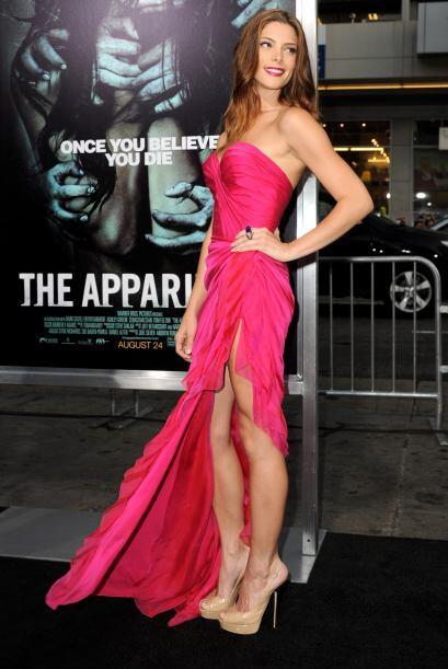 Ashley Greene sabe que su bonita cara se ve mucho mejor con un buen vest...