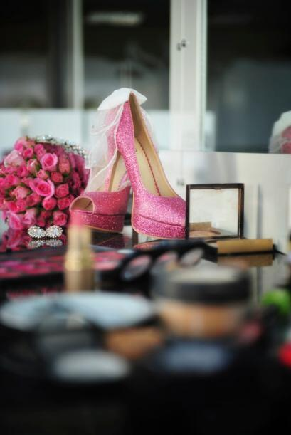 Si tu vestido de boda es sencillo y en un clásico color, dale un toque d...