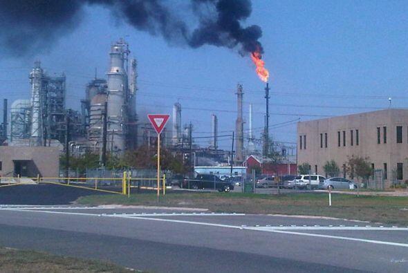 Un incendio se registró en horas de la tarde en una refinería en Pasadena.