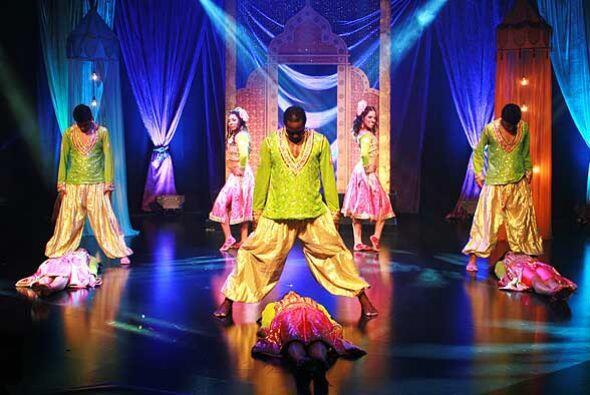 Los bailarines muestran vestimentas tradicionales.