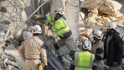 Foto de archivo. Equipos de rescate trabajan en el noroeste de Siria tra...