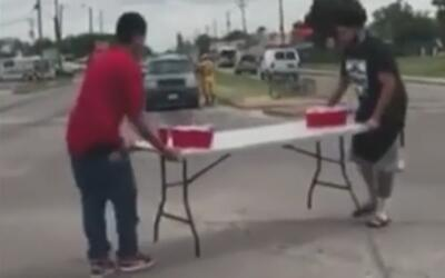 Video de adolescentes jugando Beer Pong en medio de una calle causa cont...