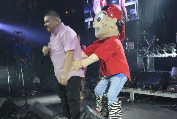 Cuando Lupillo bajó del escenario vimos llegar a Pepito, ¡con botas trib...