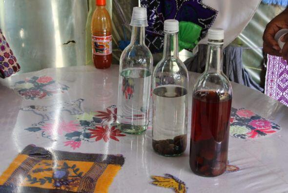 Bebida típica de San Juan Chamula es el pox (se pronuncia posh), un agua...