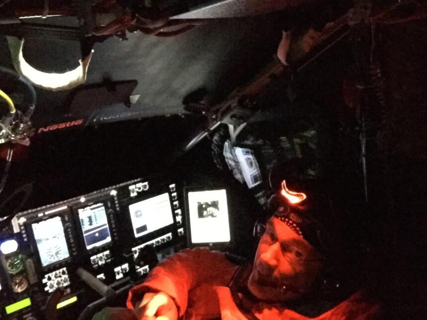 La cabina de la aeronave solar mientras vuela de noche de camino a Nankí...