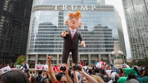 Protesta frente a la Torre Trump en Chicago