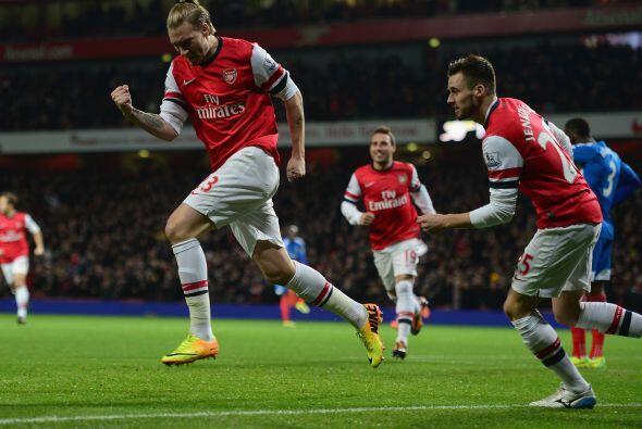 El danés Nicklas Bendtner metía un cabezazo potente para m...