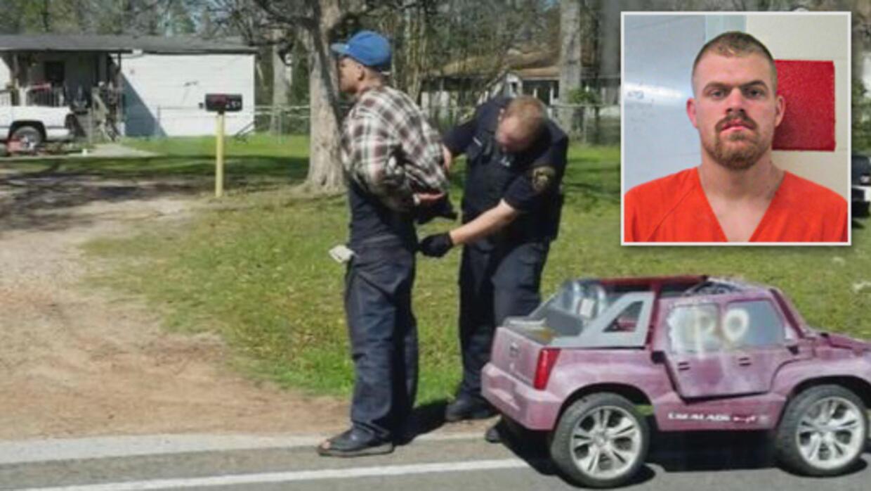Hombre arrestado mientras manejaba auto de juguete