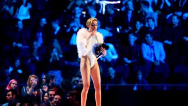 Miley Cyrus sacóde su bolsa Chanel lo que parecía ser un cigarrillo de...
