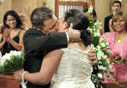 Así que la jueza celebró la boda y con este beso se convir...