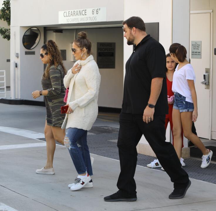 Jennifer López, Natasha y Ella lucieron las mismas zapatillas de...
