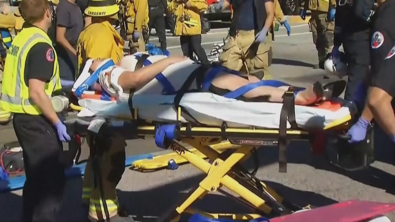 Una persona en una camilla en la zona del tiroteo.