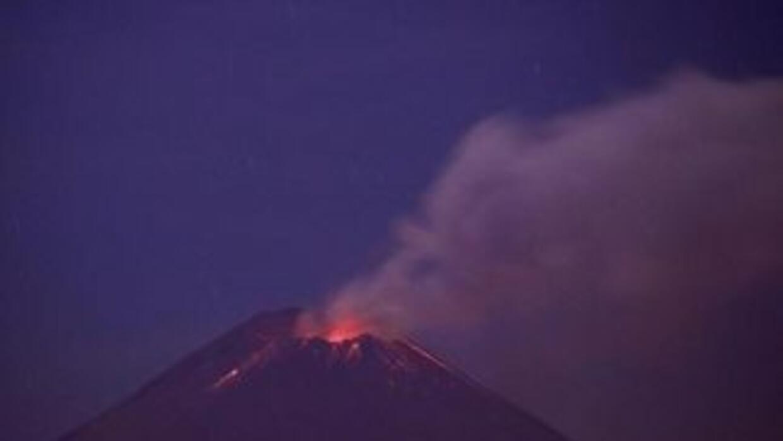 Tras una larga noche de actividad eruptiva, el volcán continúa emitiendo...