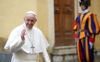 El papa Francisco colgó el anuncio en la puerta de entrada a su h...