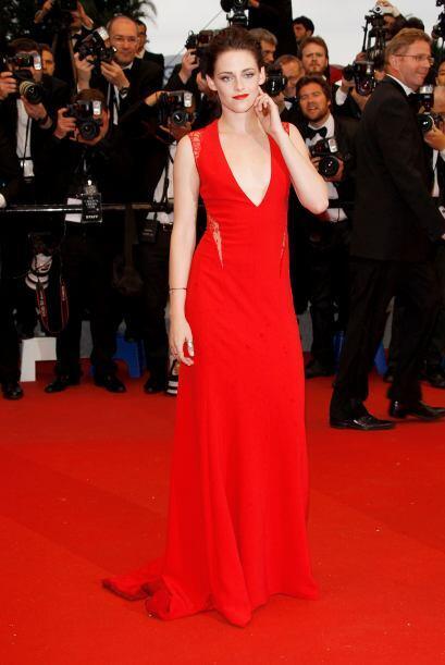 Toda mujer se ve guapa y súper atractiva de color rojo pero Kristen Stew...