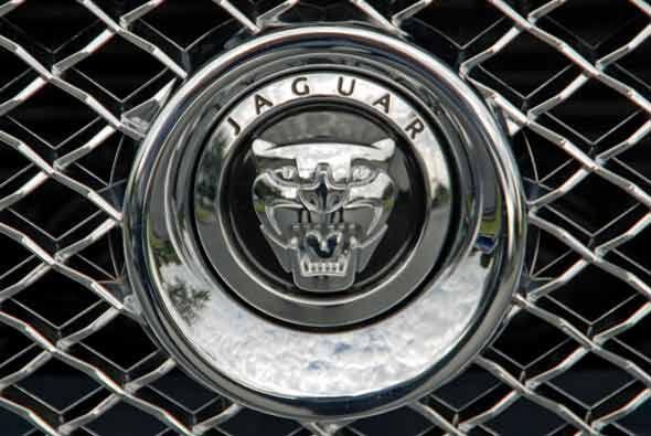 Gracias al cuerpo de aluminio ligero y el motor V8, el XJ logra un compo...