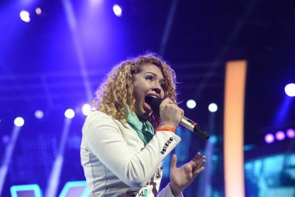 Paloma Carrasco ensayando su canción para el estreno.