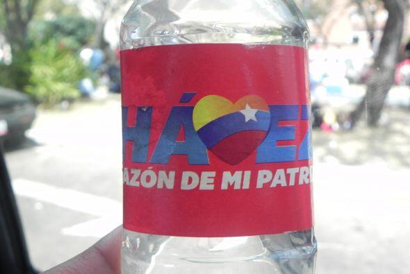 """Hasta las botellas de agua tienen su nombre. Esta dice """"Chávez Corazón d..."""