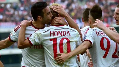Los 'rossoneri' festejan el tanto del nipón Honda.