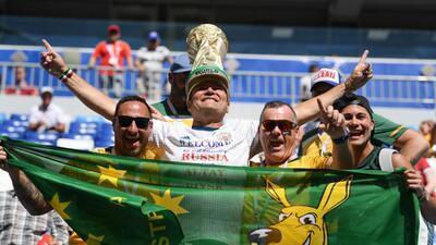 El colorido de los fanáticos de Dinamarca y Australia en su partido clave de Mundial