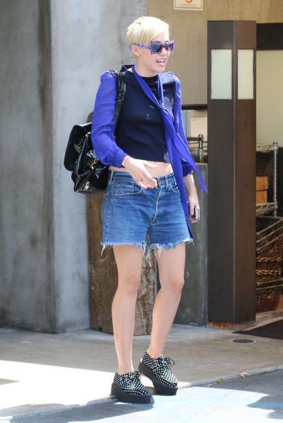 Esta moda también está presente en el calzado, tal como los luce Miley C...