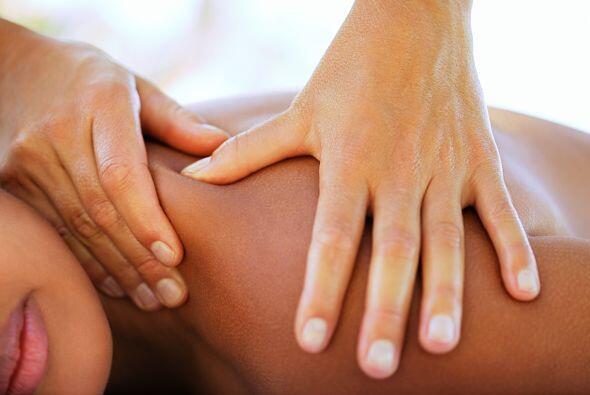 Las manos en el cuello crean un sentimiento de intimidad. La mano en la...