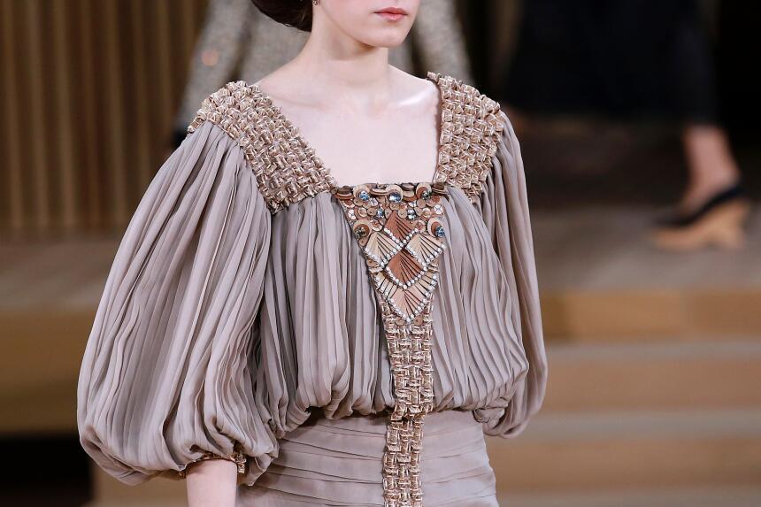 Los bordados complejos y voluminosos marcaron la apuesta de Chanel.