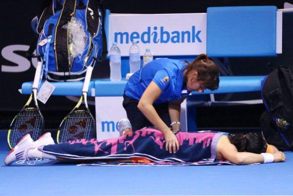 Ayumi Morita recibe atención de los masajistas. El calor también ha caus...