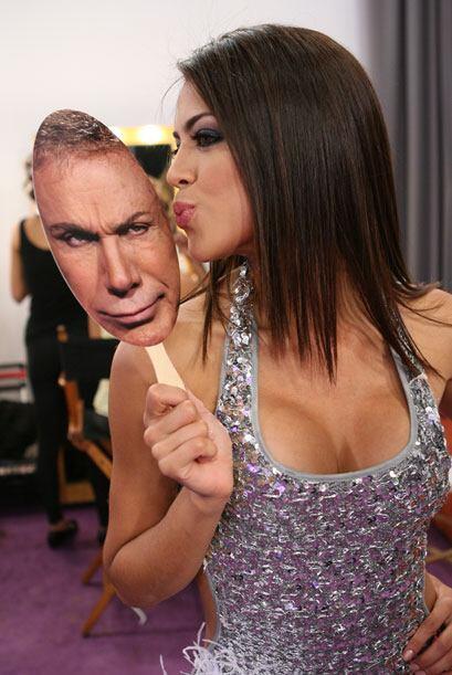 Si no lo creen, vean cómo Carolina Ramírez le dio un besito muy cariñoso...