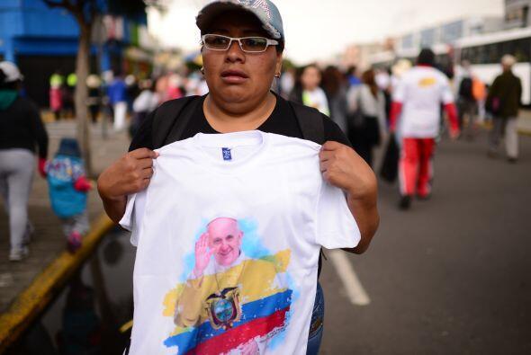 La gente en las calles de Ecuador vendía también camisas con imágenes de...