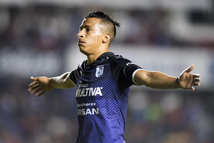 Otro refuerzo que estaría en la carpeta de las Chivas es el delantero de...