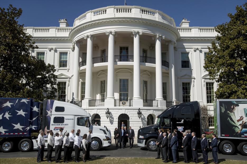 Trump juega con camiones de verdad AP17082724704697.jpg