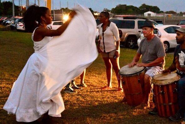El baile de la Bomba y la Plena son bailes típicos de la isla provenient...