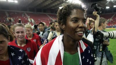Briana Scurry, la futbolista de EEUU que celebró un oro con una 'vuelta' nudística