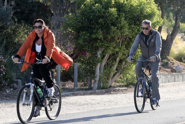 Pierce Brosnan y su mujer pasearon en bicicleta, ¡pero ella le está gana...
