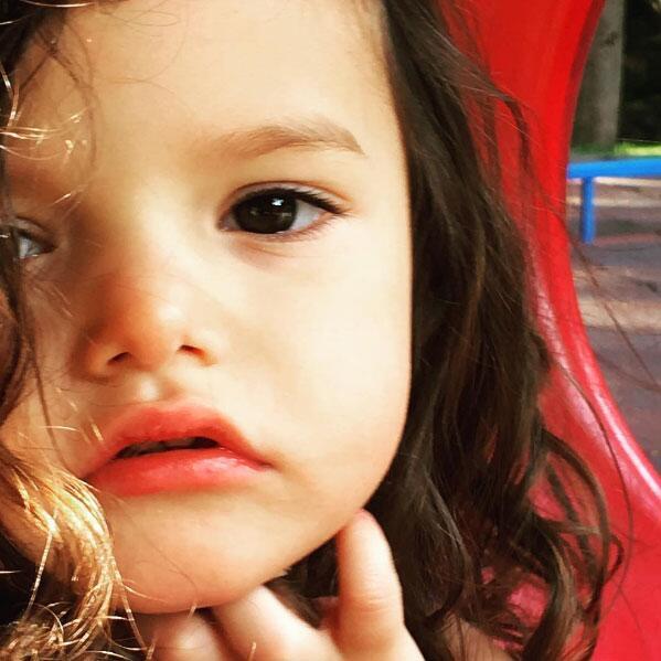 Luciana, hija de Lorena Rojas.