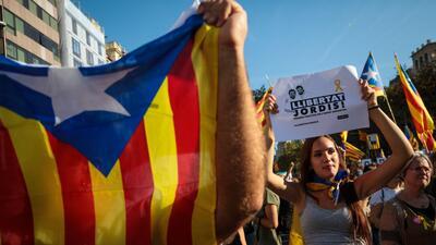Multitudinaria protesta recorre las calles de Barcelona.