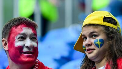 El colorido en la fiesta de Suecia y Suiza por el pase a cuartos de final