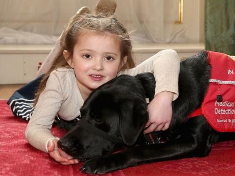 Cerys es la cliente más joven en adquirir un perro detector de en...