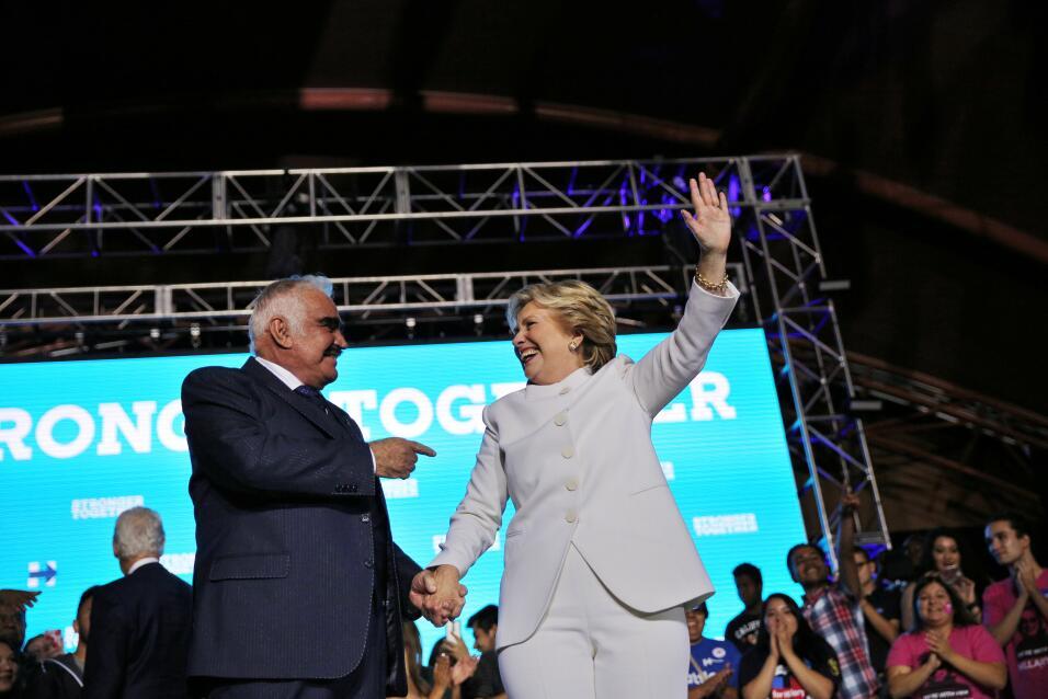 Aumento de apoyo hispano en la votación anticipada podría impulsar a Cli...