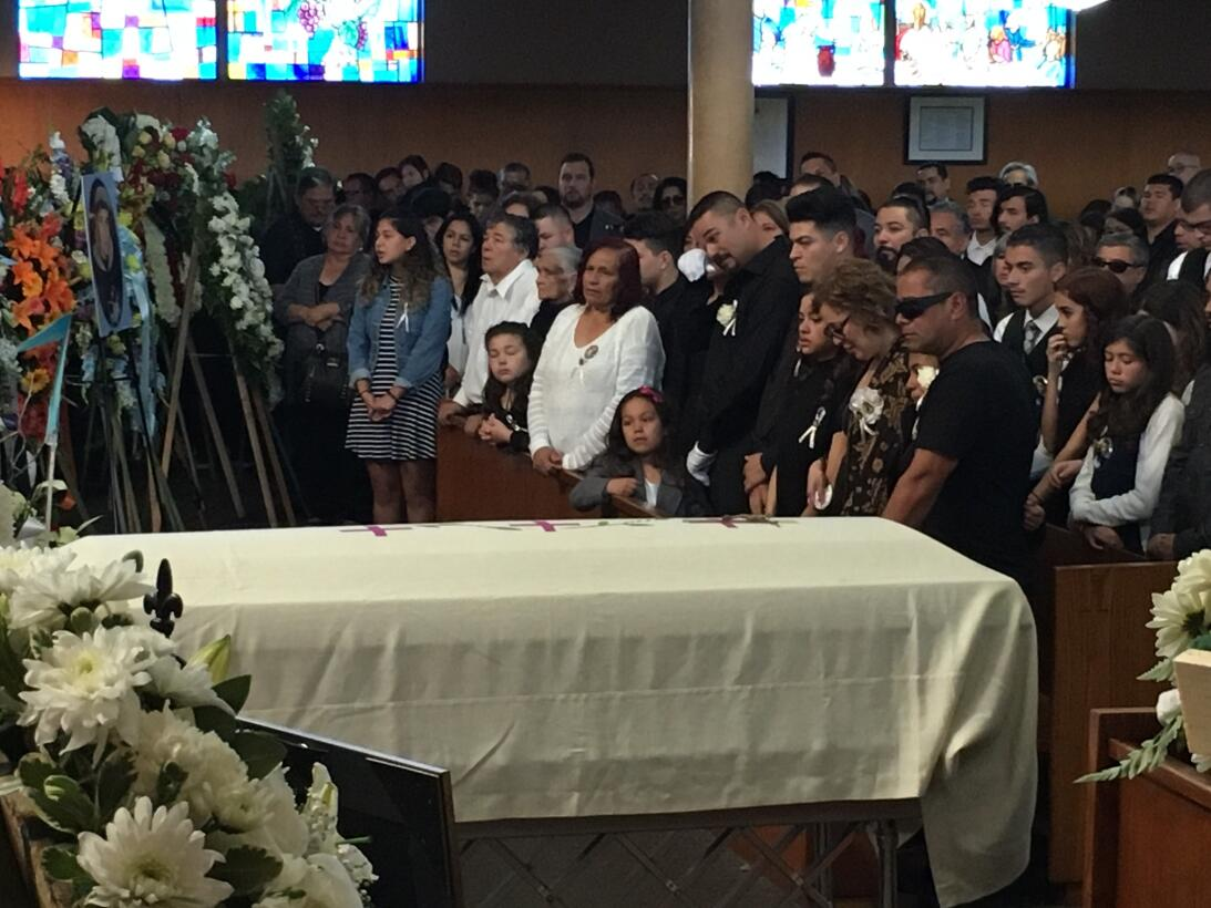 La familia de Elías Rodríguez llora durante las exequias en una iglesia...
