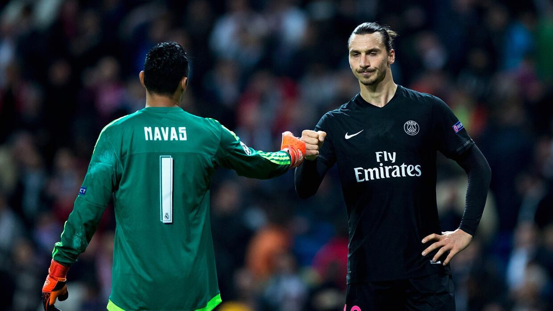 Keylor Navas es felicitado por Zlatan Ibrahimovic