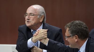 Blatter y Valcke se dan la mano durante el Congreso de la FIFA